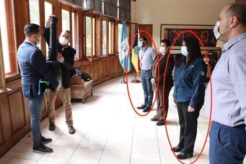 Sin embargo, varias fuentes de los ministerios de Educación y de Economía aseguran que el joven hijo de la ministra pasa más tiempo con su mamá, principalmente cuando la ministra Ruiz es visitada por funcionarios de alto rango, empresarios o diplomáticos.