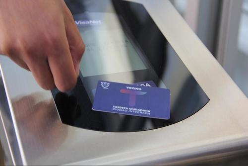 Solo debes acercar la tarjeta al scanner que determinará si posees saldo para viajar. (Foto: Fredy Hernández/Soy502)