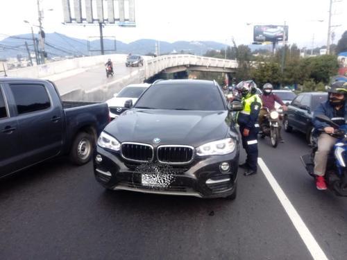 Agentes de Emixtra alcanzaron el vehículo donde se desplazaba Víctor Hugo del Pozo cerca del kilómetro 15, en la calzada Roosevelt hacia el centro de la ciudad. (Foto: Muni Mixco)