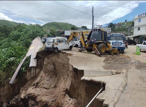 Kilómtero 26 ruta a San Raymundo, reportada dañada hace unos meses. (Foto: Conred)