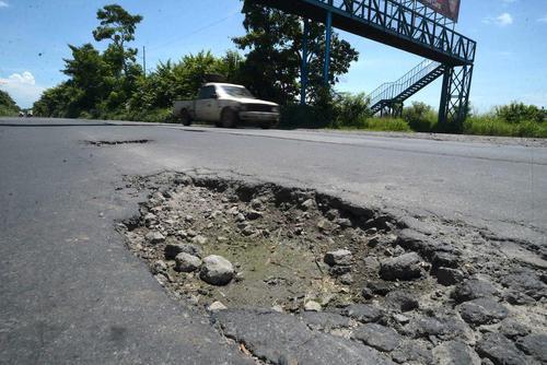 Autopista a Escuintla-Puerto Quetzal muestra daños en su trayecto que dificultan el transporte en vehículo. (Foto: archivo/Soy502)