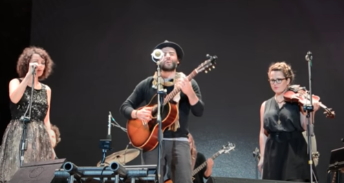 Oscar Isaac with Gaby Moreno at a concert in Guatemala (Photo: Selene Mejía / Soy502)