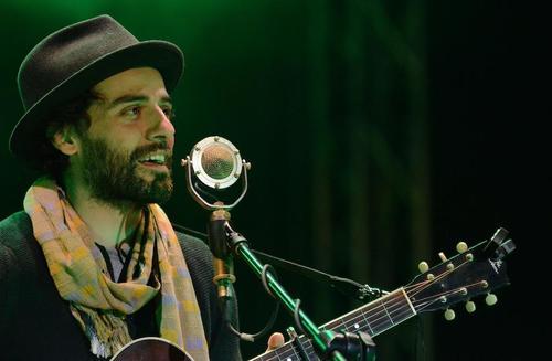 Oscar Isaac sang at a concert in Guatemala.  (Photo: Selene Mejía / Soy502)