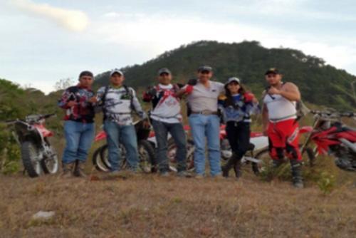 """Tres Kiebres"""" aparece en esta fotografía con el jefe de la estructura de narcos """"Los Ipala"""". (Foto: archivo)"""
