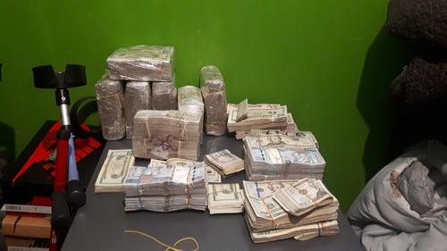 Entre lo incautado se encontraron dólares y quetzales que suman más de 2 millones de quetzales. (Foto: PNC)