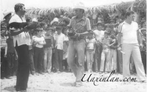 A la izquierda Edgar Gudiel Lemus en presentación de pelea de gallos.