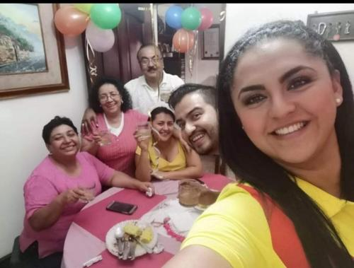 Vivian Vásquez junto a su familia más cercana en la celebración de su cumpleaños en 2019. (Foto: cortesía Katherine Vásquez)