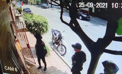 En el ángulo de la cámara se captan a tres de los cuatro agentes que acudieron a la residencia de Juan Francisco Sandoval. En la puerta de camisa anaranjada se observa al padre del exfiscal. (Foto: Soy502)