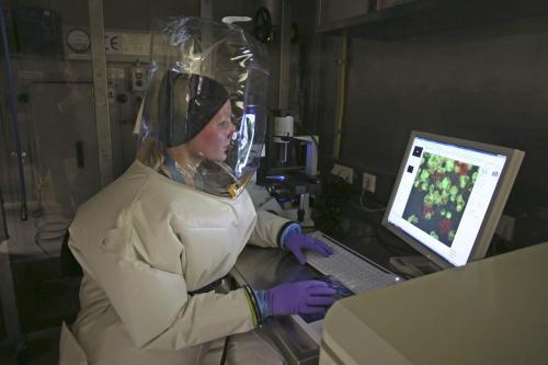 En la imagen una doctora equipada con el traje apropiado, analizando unas muestras de un afectado por el Ébola. (Foto: EFE)