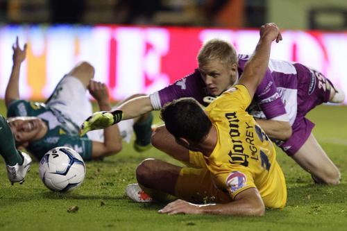 El portero de León, William Yarbrough disputa el balón con Luis Gabriel Rey del América