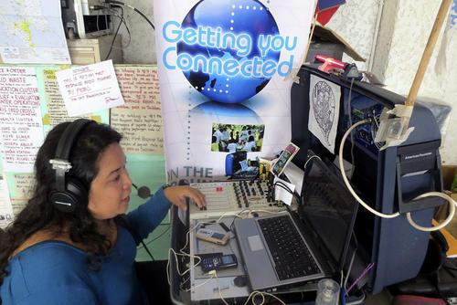 """la locutora de First Response Radio, cuyo lema es """"Comunicación es Ayuda"""""""