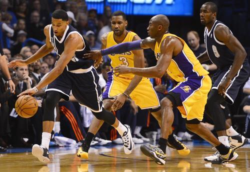 Kobe Bryant pierde el balón en una jugada ante los Thunder de Oklahoma City