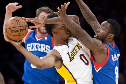 Los Lakers siguen en picada y en la última jornada dominical cayeron 104-111 ante los Sixers de Filadelfia