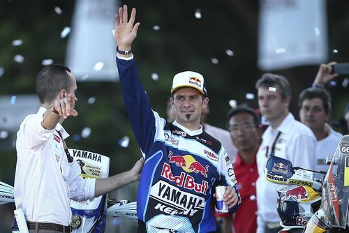 El piloto francés Cyril Despres, actual campeón del rally Dakar, saluda durante el paso de la caravana por Rosario, Argentina