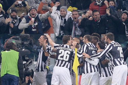 Los jugadores de la Juventus celebran luego del 2-0 que los catapultó como líderes, alejándolos 8 puntos de su más cercano seguidor, la Roma, que perdió su invicto