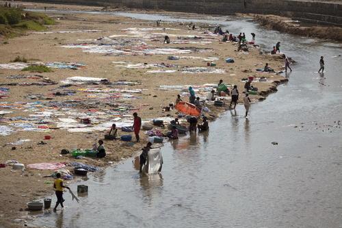 Mujeres lavan ropa en el río Masacre, frontera natural que divide Haití y República Dominicana