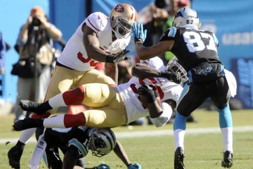 "Patrick Willis de los 49ers de San Francisco es ""tacleado"" por Ted Ginn Jf de los Panthers de Carolina"