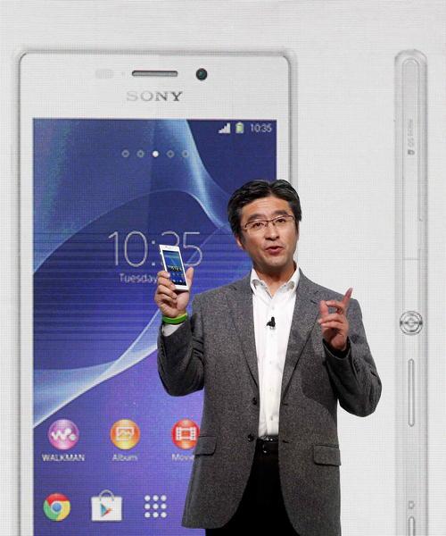 El consejero delegado de Sony Mobile, Kunimasa Suzuki, muestra muestra el Xperia M2, durante el acto de presentación de los nuevos productos de la compañía japonesa hoy en el Mobile World Congress. (Foto: EFE/Alberto Estévez)