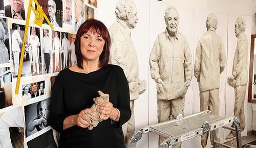 La estatua fue realizada en bronce a la cera perdida por la artista Julia Merizalde.