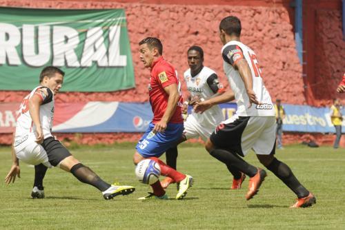 Mario Rodríguez, quien anotó el primer gol del encuentro, trata de eludir la marca de Luis Rodríguez durante en una de las acciones del juego en el estadio Manuel Felipe Carrera