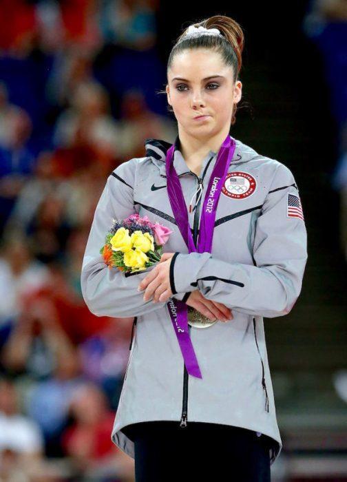 Esta es la icónica imagen que lanzó a esta gimnasta a la fama. (Foto: dailymail.co.uk)