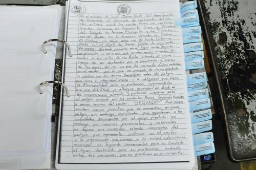 Vista de uno de los documentos que Antonio Coro muestra a la prensa, en defensa de su vinculación a la tragedia de El Cambray. (Foto: Alejandro Balán/Soy502)