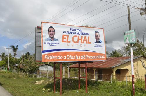 El diputado Manuel Barquín y su hijo felicitan a los pobladores de El Chal por haberse convertido en Municipio. (Foto: Facebook)