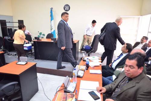El exdiputado Carlos Herrera camina para tomar su asiento durante la audiencia de primera declaración. (Foto: Archivo/Soy502)