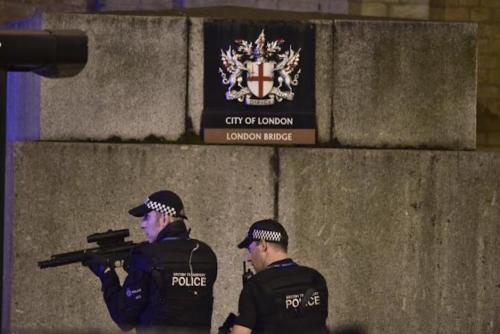 La policía continúa haciendo las investigaciones con respecto al ataque de este sábado en el puente de Londres (Foto: AP /El Universal)