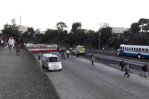 Cientos de personas caminan hacia el Transmetro luego del incidente. (Foto: Dalia Santos/Tránsito PNC)