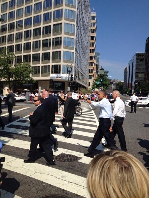 En mangas de camisa y con corbata Obama y Biden caminaron para llegar al restaurante