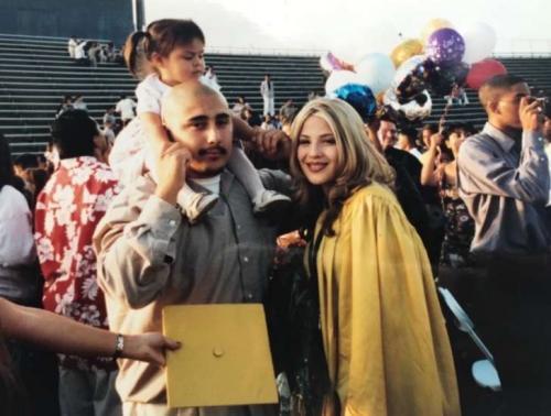 En esta foto dos jóvenes se graduaron del bachillerato a pesar de tener una hija. (Foto: Madeleine/twitter)