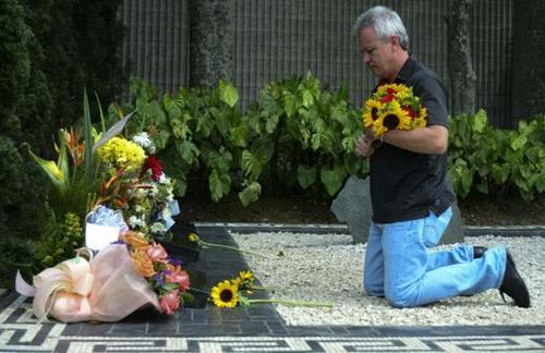 """Popeye"" durante una visita a la tumba del narcotraficante colombiano Pablo Escobar. (Foto: Infobae)"