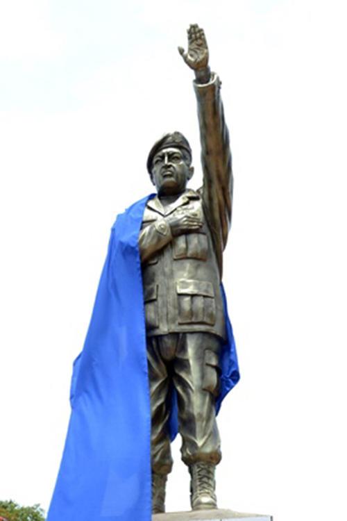 La estatua del ex gobernante Hugo Chávez mide tres metros de altura. (Agencia Boliviana de Información/EFE)