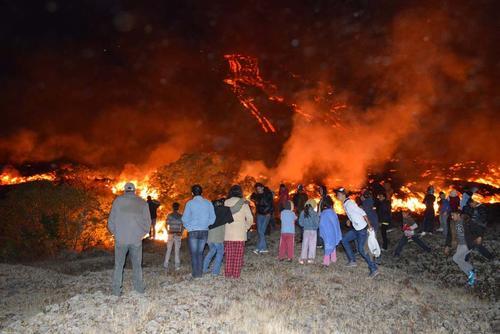 A pesar de las medidas de precaución, decenas de visitantes se acercaron a las faldas del volcán a ver la lava correr.