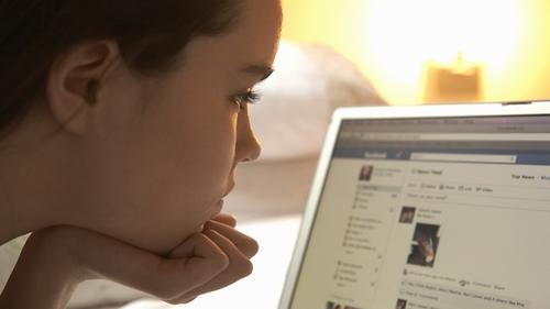 Niña con Facebook