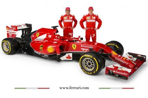 Fernando Alonso y Kimi Raikkonen posando ante el nuevo Fórmula Uno de la escudería Ferrari