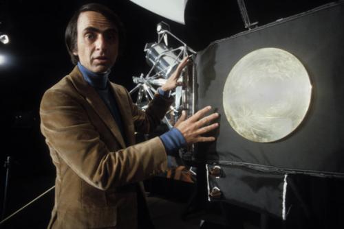 Aquí se ve a Carl Sagan con el disco de oro que se colocó en las misiones Voyager I y II. (Foto: Cortesía Edgar Castro Bathen)