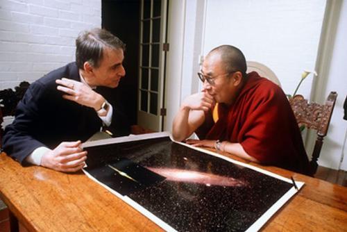Carl Sagan y el Dalai Lama conversan del universo, en armonía. (Foto: cortesía Edgar Castro Bathen)