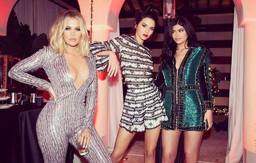 Las hermanas Jenner, junto a una de las Kardashian, lucen sus curvas en esta foto. (Instagram)