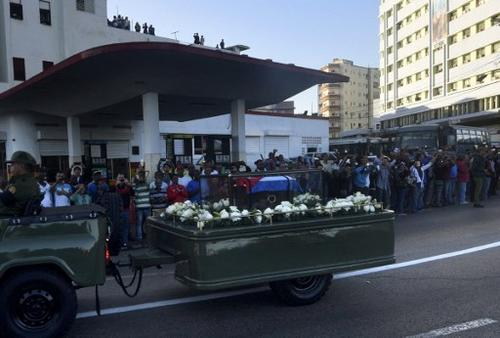 La urna de cedro con las cenizas, cubierta por una bandera cubana, partió desde el Ministerio de las Fuerzas Armadas, en la Plaza de la Revolución de la capital. (Foto: AFP)