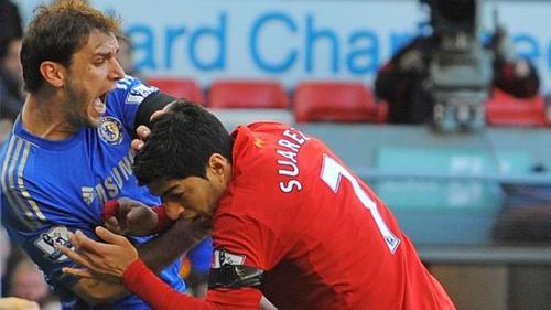 Suárez fue suspendido por morder a un contrincante en la Premier League.