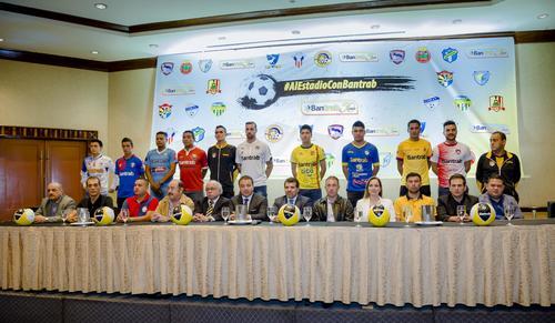 Representantes de Grupo Financiero Bantrab, junto a jugadores de los once clubes patrocinados por dicha entidad, en conferencia de prensa. (Foto: Soy502)
