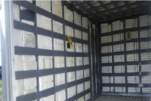En el interior del furgón se encontró un doble fondo que resguardaba los paquetes de droga ubicados en las tres paredes. (Foto: PNC)