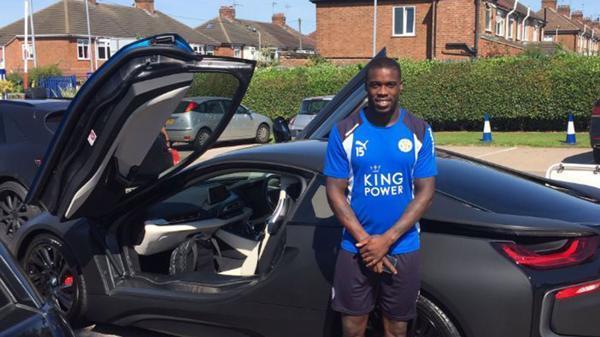 Jess junto a su BMW i8 que le entregó el presidente del Leicester City. (Foto: Infobae)