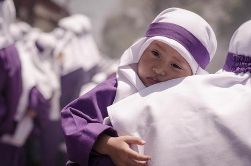Los más pequeños son llevados en brazos, pero luego serán ellos los que carguen las andas procesionales