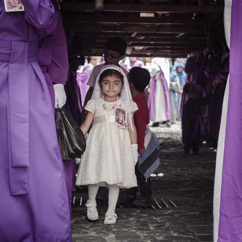 Las aspirantes a devotas cargadoras también dicen presente en las procesiones de la Antigua Guatemala