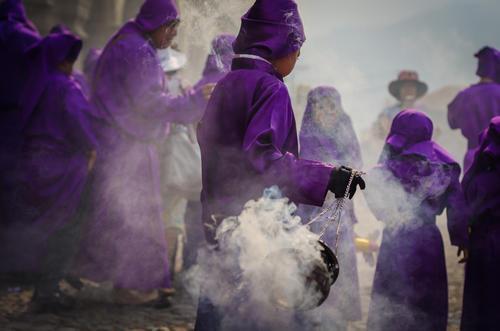 Dentro de los cortejos procesionales hay pequeños que también ayudan a varias labores, como la de llevar el incienso