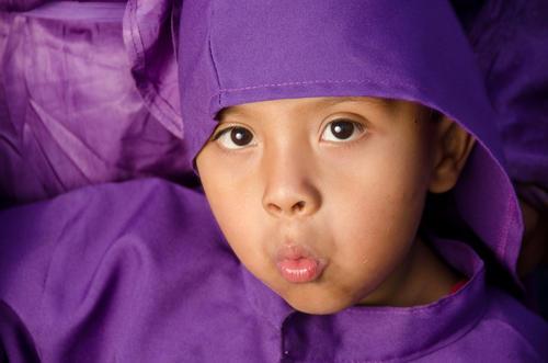 La solemnidad del momento y el traje de cucurucho se fusionan con la inocencia de los niños