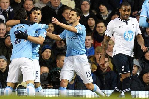 Sergio Agüero anotó uno de los cinco goles con los que el City derrotó al Tottenham y tomó el liderato de la Premier League. El argentino salió lesionado del juego